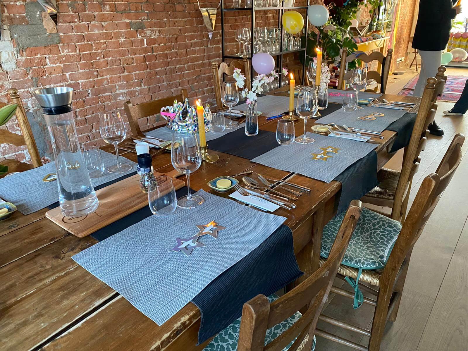 Opgedekte tafel met kaarsen en placemats